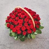 Корзина 51 роза (цвет на выбор)