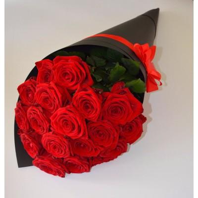 Черный конус с 15 красными розами
