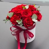 Цилиндр 15 красных роз с зеленью