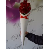Белый конус с 11 розами