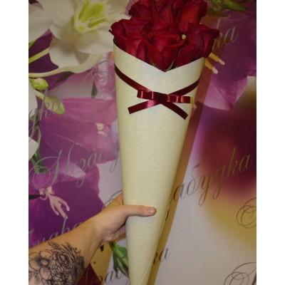 Кремовый конус с 11 розами