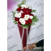 Конус с розами и хризантемами Классика