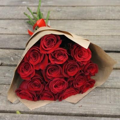 Букет 15 роз в крафте