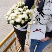 """Конус """"Инь-Янь"""" с 11 кустовыми розами"""